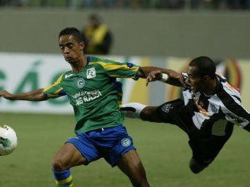 Felipe Amorim (esq.) fez o gol da classificação do Goiás (Foto: Paulo Fonseca/Futura Press)