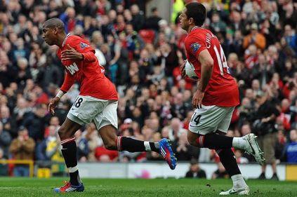 Ashley Young (esq.) comemora seu 6º gol na Premier League. (Foto: Paul Ellis/AFP)