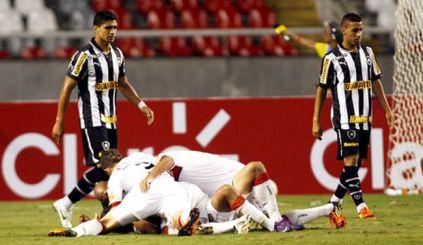 Jogadores do Vitória (branco) comemoram gol de Pedro Ken.(Foto: Paulo Sergio)