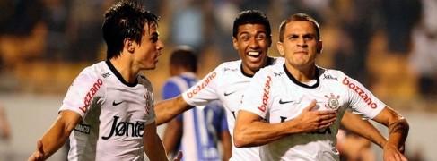 Fábio Santos abriu o placar logo no início do jogo (Foto: Marcos Ribolli )