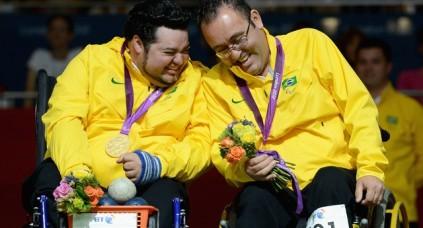 Dirceu Jose Pinto e Eliseu dos Santos (dir.) comemoram a medalha de ouro na Paralimpíada. (Foto: Gareth Copley/Getty Images)