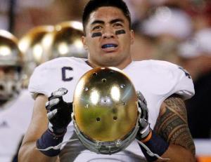 Manti Te'o em atuação pela Universidade de Notre Dame na NCAA (Foto:  AP)