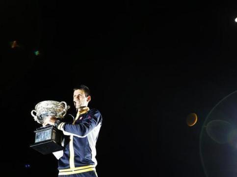 Djokovic se torna o primeiro tricampeão consecutivo da era aberta do tênis na Austrália (Foto: Damir Sagolj / Reuters)