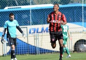 Marcão foi o destaque atleticano, com dois gols marcados (Foto: Divulgação/Site oficial do Atlético-PR)