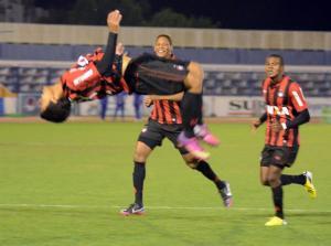 O meia Felipe comemora o gol que deu a vaga na final para o Atlético (Foto: Divulgação/Site oficial do Atlético-PR)