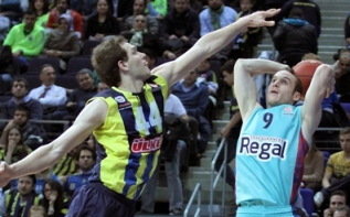 Bogdanovic (esq.), do Fenerbahçe, e Huertas (dir.), do Barça, se destacaram por suas equipes. (Foto: EuroLeague.net)