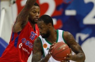 Nem o double-double de James Gist (dir.) salvou o Panatha da derrota. (Foto: EuroLeague.net)