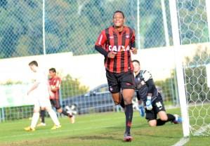 Marcão faz o gol do título rubro-negro (Foto: Divulgação/ Site oficial do Atlético-PR)