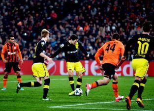 Lewandowski contou com a sorte para marcar (Foto: Sergei Supinsky/AFP)