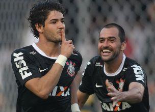 Alexandre Pato sofreu e converteu o pênalti para dar a vitória ao Corinthians. (Foto: Reprodução/lancenet.com)