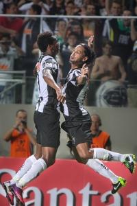 Jô (esq.) e Ronaldinho (dir.) marcaram na vitória do Galo sobre o The Strongest (Foto: Reprodução/ Site Oficial Atlético-MG)