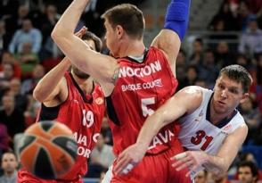 Viktor Khryapa (dir.), do CSKA, comandou sua equipe à vitória. (Foto: EuroLeague.net)