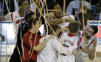 Jogadores de Louisville comemoram o título. (Foto: AP)