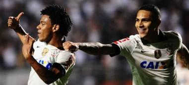 Romarinho (.esq) comemora primeiro gol do time na noite. (Foto: Reprodução/Globoesporte.com)