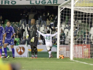 Geraldo marcou o primeiro gol do Coritiba, mas não foi o suficiente. (Foto: Divulgação/Site Oficial Coritiba)