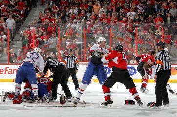 (No duelo canadense, árbitros tiveram trabalho para separar as brigas no gelo. Foto: Divulgação/NHL)