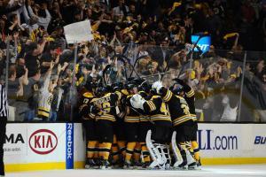 (Torcidores e jogadores dos Bruins vão ao delírio com a virada para cima dos Leafs. Foto: Divulgação/NHL)