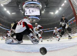 (O disco de Martin tocou na trave antes de entrar. Foi o início da vitória dos Pens. Foto: Divulgação/NHL)