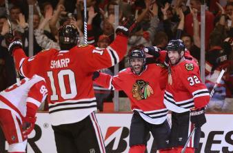 (Patrick Sharp #10 e Michal Rozsival #32 comemoram co Johnny Oduya o terceiro gol. Foto:Divulgação/NHL)