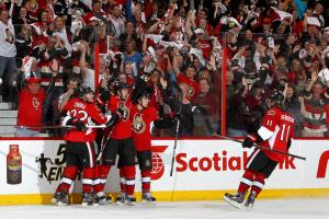 (Sens marcam no overtime e diminuem o sufoco na série. Foto: Divulgação/NHL)