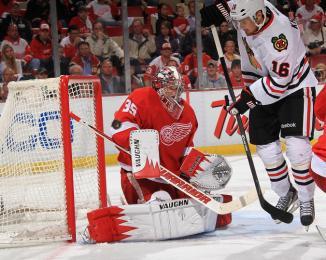 (Jimmy Howard, com sua defesas, foi um elemento importante na vitória dos Wings. Foto: Divulgação/NHL)