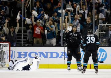 (Thornton comemora com Couture o gol que abriu a vitória dos tubarões. Foto: Divulgação/NHL)