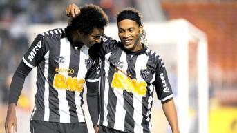 Parceria com Ronaldinho deu certo e hoje Jô (esq.) é fundamental no time de Cuca. (Foto: Reproduçãoi / Globoesporte.com)