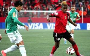 """Martínez, o """"Neymar do Equador"""" bem que tentou, mas parou na defesa palmeirense. (Foto: EFE)"""