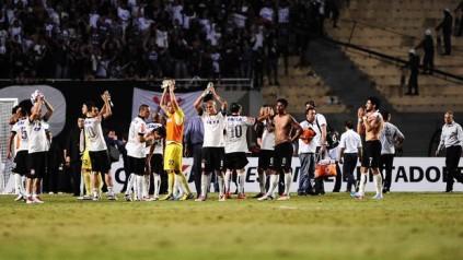 Após derrota, jogadores do Corinthians saúdam torcida por apoio. (Foto: Reprodução/Globoesporte.com)