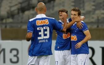 Dagoberto (dir.) comemora o primeiro gol cruzeirense. (Foto: Reprodução/Globoesporte.com)