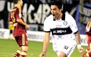 Com dois gols, Salgueiro matou o jogo e levou o Olimpia à próxima fase (Foto: Reuters)