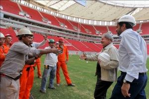 Ex-presidente Lula visitou o estádio quase pronto (Foto: Lula Marques)