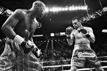 Floyd Mayweather encara seu último oponente, Robert Guerrero ( Foto: Reuters)
