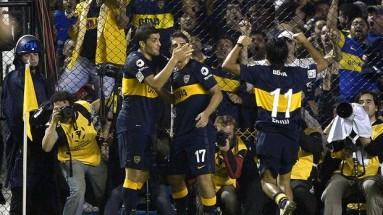 Jogadores do Boca Juniors comemoram gol marcado por Blandi. (Foto: AFP)