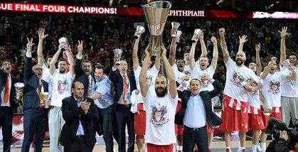 Spanoulis levanta o troféu de campeão. (Foto: EuroLeague.net)