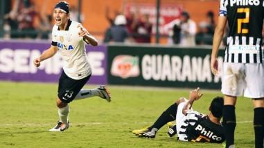 Paulo André comemora o segundo gol do Corinthians na partida. (Foto: Reprodução/Globoesporte.com)
