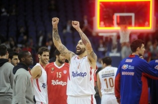 Pero Antic, do Olympiacos, comemora classificação para a final. (Foto: EuroLeague.net)