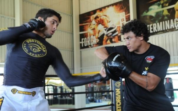 """Lúcio Curado, lutador do Jungle Fight treina com Acelino """"Popó"""" Freitas (Foto: Carol Di Paula/Divulgação)"""