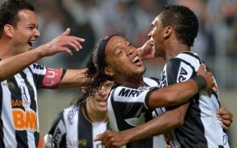 Jogadores do Galo comemoram um dos três gols de Jô (dir.) (Foto: AFP)