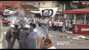 Polícia e torcida entraram em confronto do lado de fora da Vila Belmiro (Imagem: ESPN Brasil)