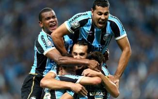Os jogadores do Grêmio comemoram o primeiro gol contra o Santa Fé (Foto: AFP)