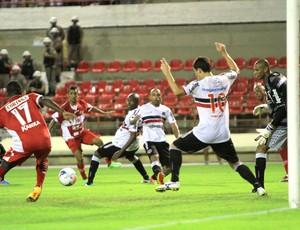"""No jogo mais """"chamativo"""" da rodada, o CRB venceu o Santa Cruz (Foto: Reprodução/Gazeta de Alagoas)"""