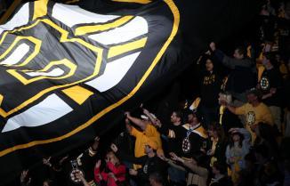 (A torcida fez festa. Boston Bruins é o novo campeão da conferência leste. Foto: Divulgação/NHL)