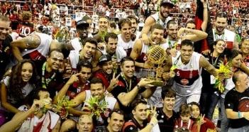 Elenco do Flamengo comemora o título. (Foto: Reprodução/GloboEsporte.com)