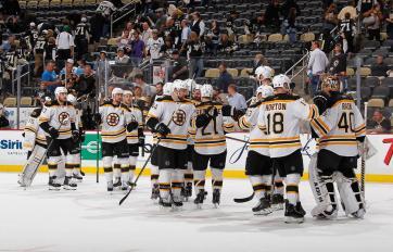 (Com a arena praticamente vazia, os jogadores dos Bruins comemoram a goleada sobre os Penguins. Foto: Divulgação/NHL)
