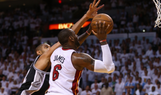 Duncan (esq.), do Spurs, e LeBron (dir.), do Heat, se destacaram na partida. (Foto: Getty Images)
