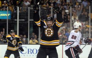 (Paille comemora o gol que abriu a vitória dos Bruins. Foto: Divulgação/NHL)