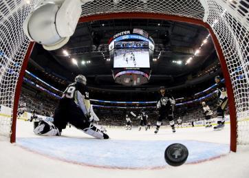 (Mesmo com a sbustituição de Vokoun por Fleury, seis pucks de Boston furaram a defesa da casa. Foto: Divulgação/NHL)