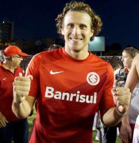 Forlán comemora o seu primeiro título jogando no futebol brasileiro. (Foto: Divulgação/ Facebook oficial Forlan)