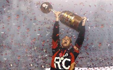 Rogério levantando a taça da Libertadores de 2005(Foto: Divulgação/Facebook Oficial Rogério Ceni)